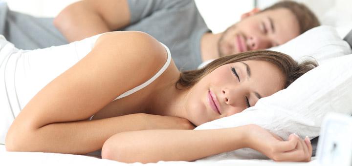 pareja cama dormir