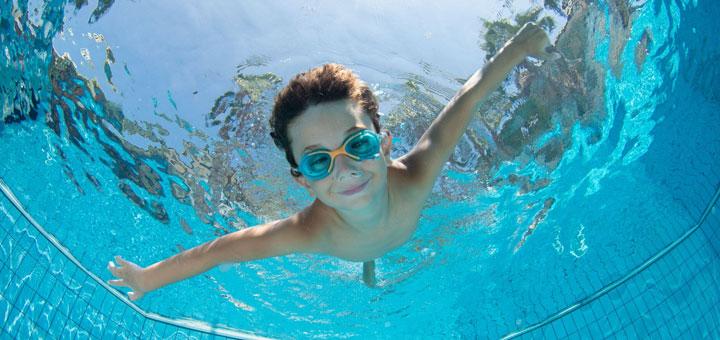 piscina niño nadar